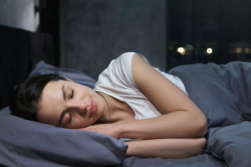sovande-kvinna-hudvard